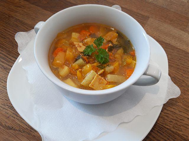 kleine Kohlrabi-Möhre-Paprika-Suppe mit Petersiliengarnitur